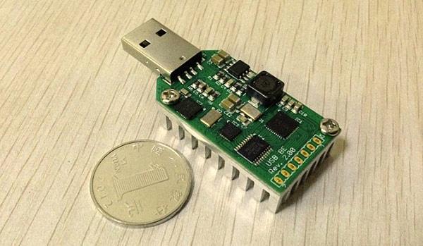 Фотография для оценки размера устройства по сравнению с монетой