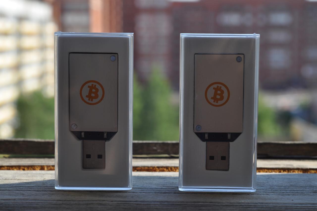 Фотография двух ASIC-майнеров Block Erupter USB