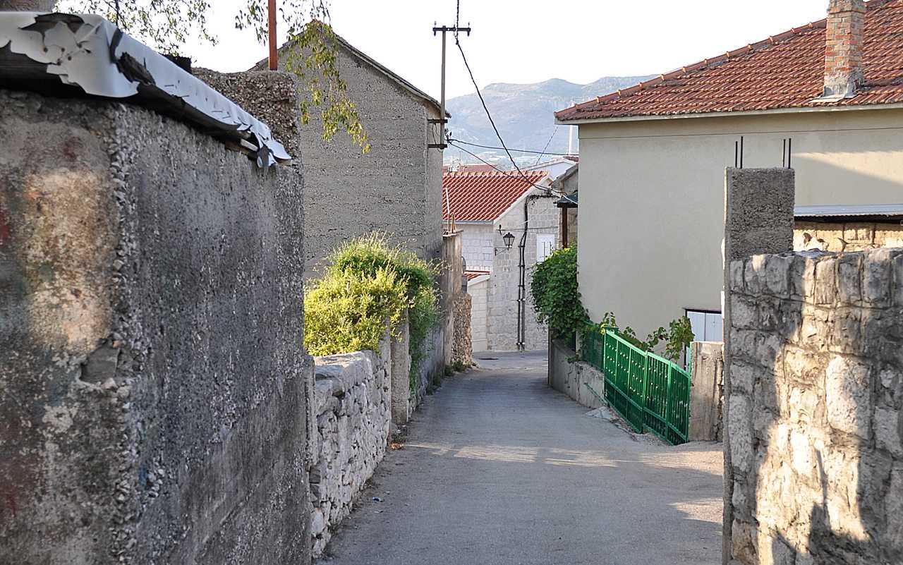 Узкие улочки о. Чиово, Хорватия