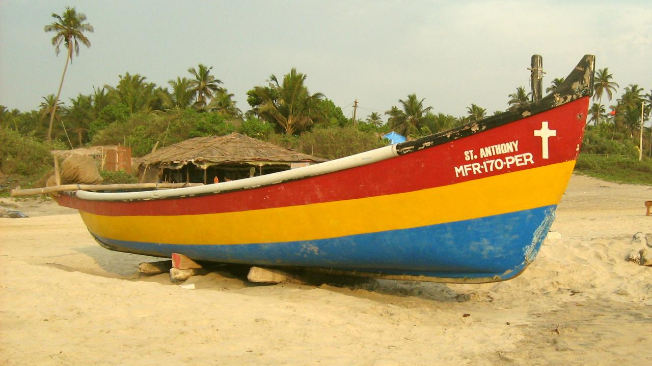 Рыбацкая лодка на пляже Арамболя
