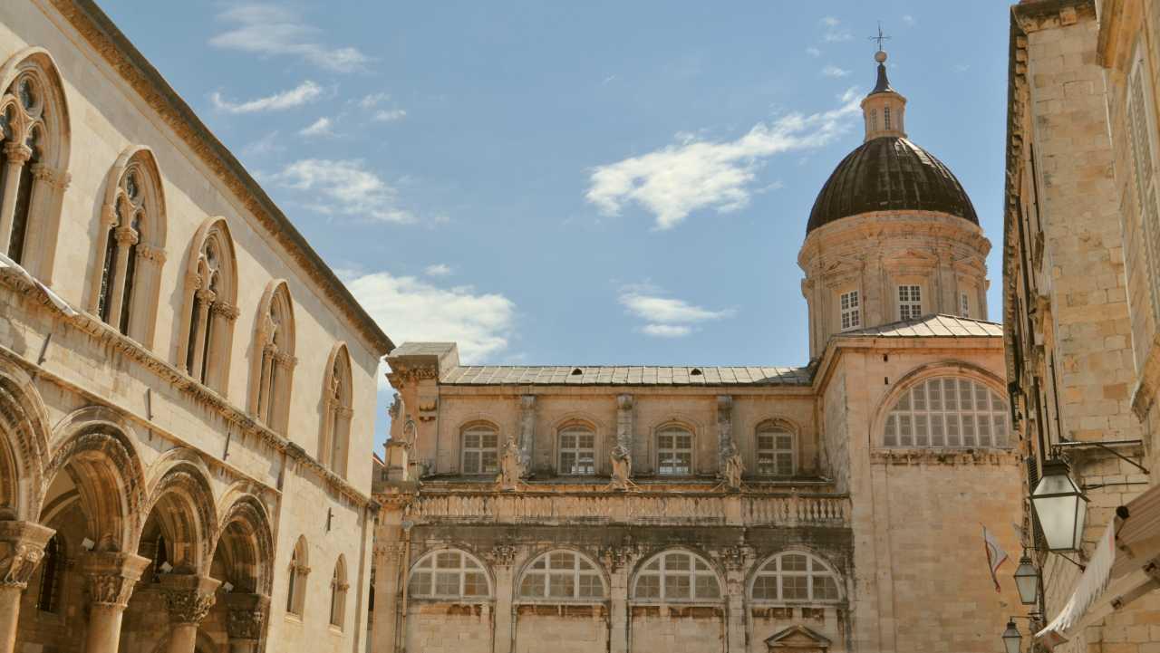 Величественное строение в исторической части Дубровника, Хорватия